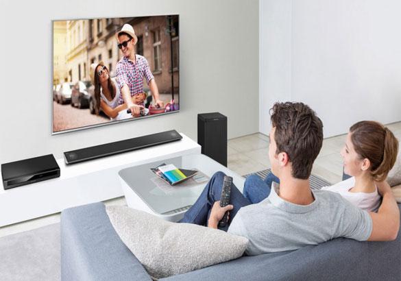 Menonton Film dengan Smart TV Hexa Chrome dari Panasonic