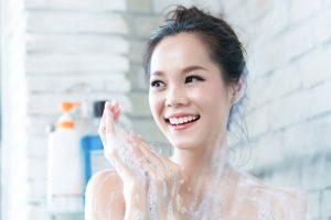 Menjaga kebersihan badan dengan mandi yang bersih