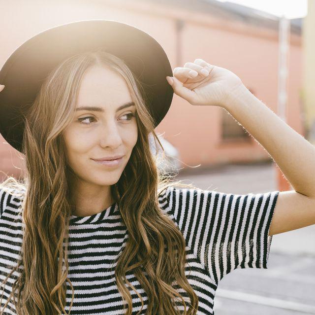 Melindungi Rambut dari Paparan Sinar UV dengan menggunakan Topi